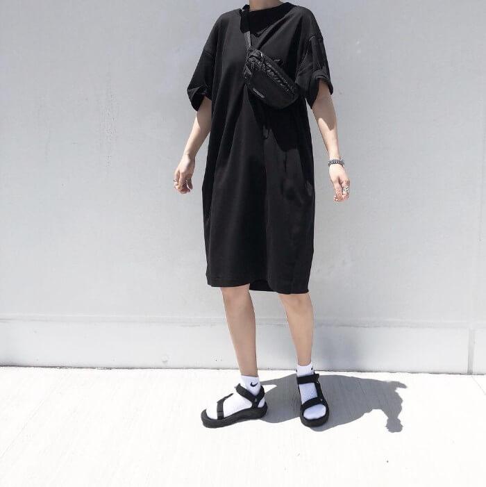 黒カットワンピース×白ソックス×黒スポサンのコーデ画像