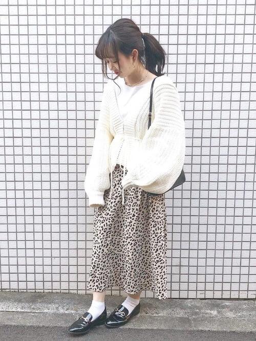 黒ビットローファー×白靴下×レオパード柄スカートの靴下コーデ画像
