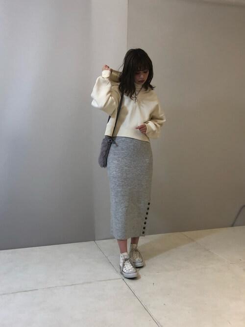 ショート丈白パーカー×グレータイトスカートのコーデ画像