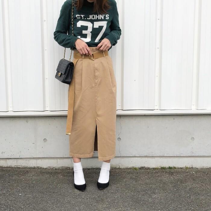 ベージュタイトスカート×ソックス&パンプスのコーデ画像