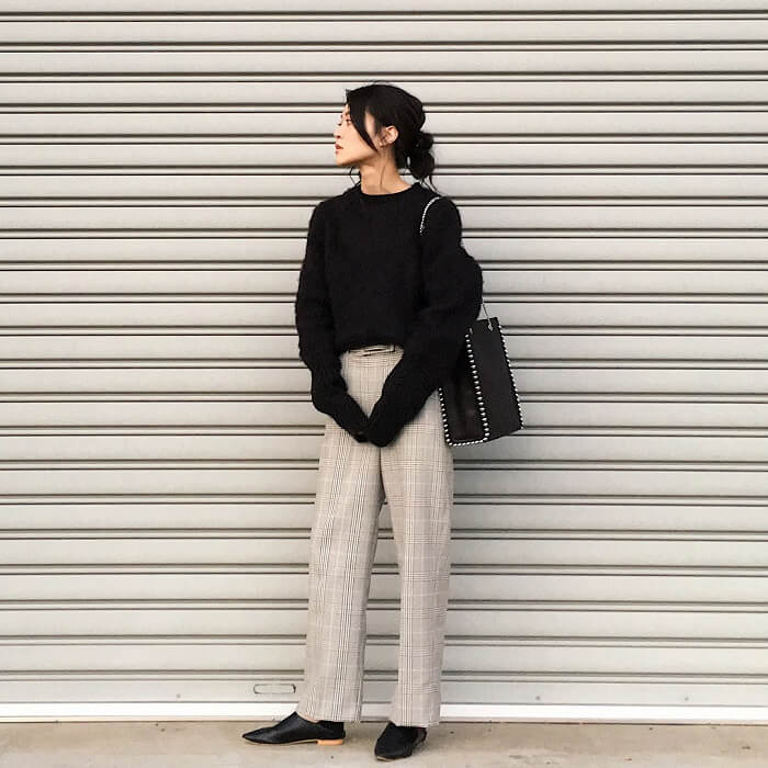 キレイめバッグ×グレーのチェック柄パンツのコーデ画像