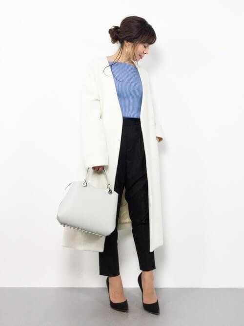 ブルーリブニット×白ロングコート
