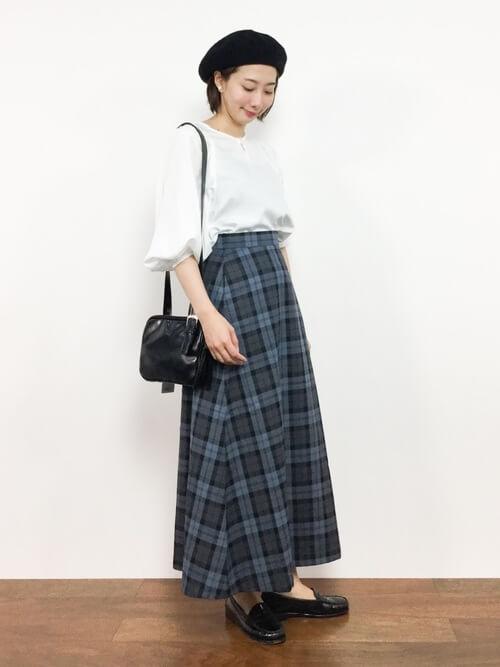 グレーチェックロングスカート×黒小物のコーデ画像