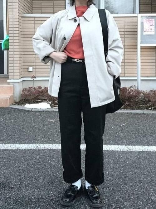 黒チノパン×ステンカラージャケットのコーデ画像