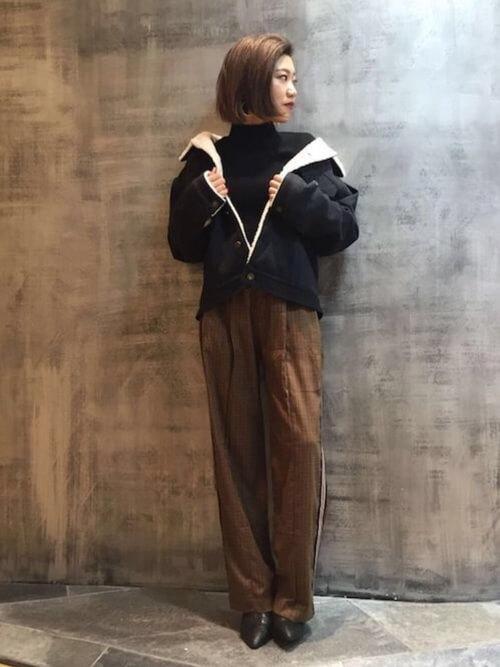 ボアデニムジャケットと濃ブラウンパンツのコーデ画像
