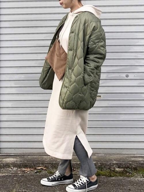 白パーカーワンピース×キルティングコートのコーデ画像