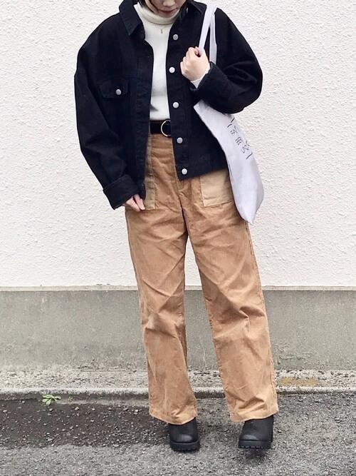 黒デニムジャケットとベージュコーデュロイのワイドパンツのコーデ画像
