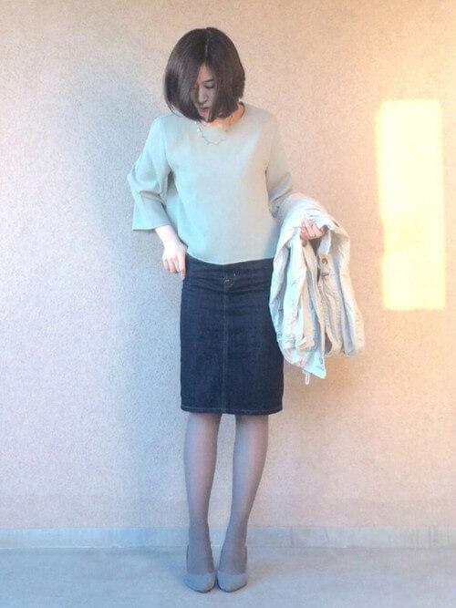 デニムタイトスカート×グレーストッキング×グレーパンプスのコーデ画像