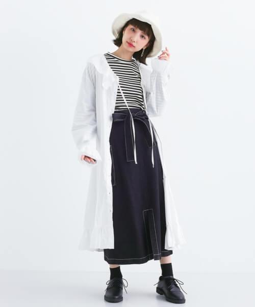 白バケットハット×ボーダーT×黒スカートのコーデ画像