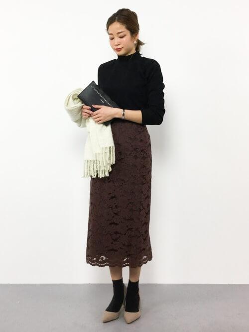 長め茶色レースタイトスカート×パンプス&靴下のコーデ画像