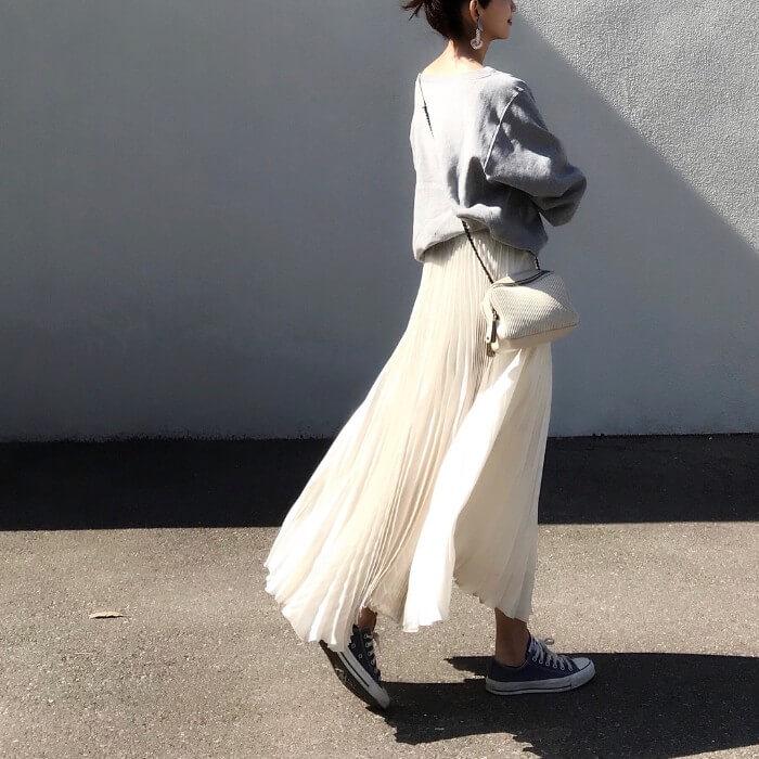 白のシフォンプリーツスカート×スウェット&スニーカー