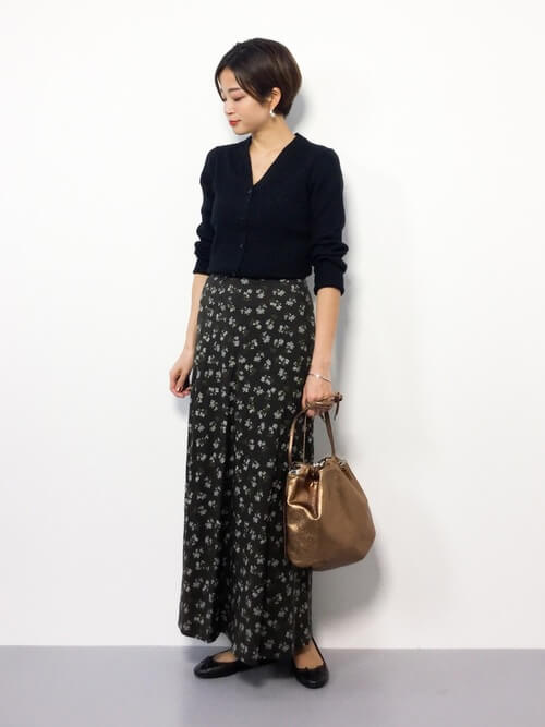 黒Vネックカーディガン×黒花柄スカートのコーデ画像