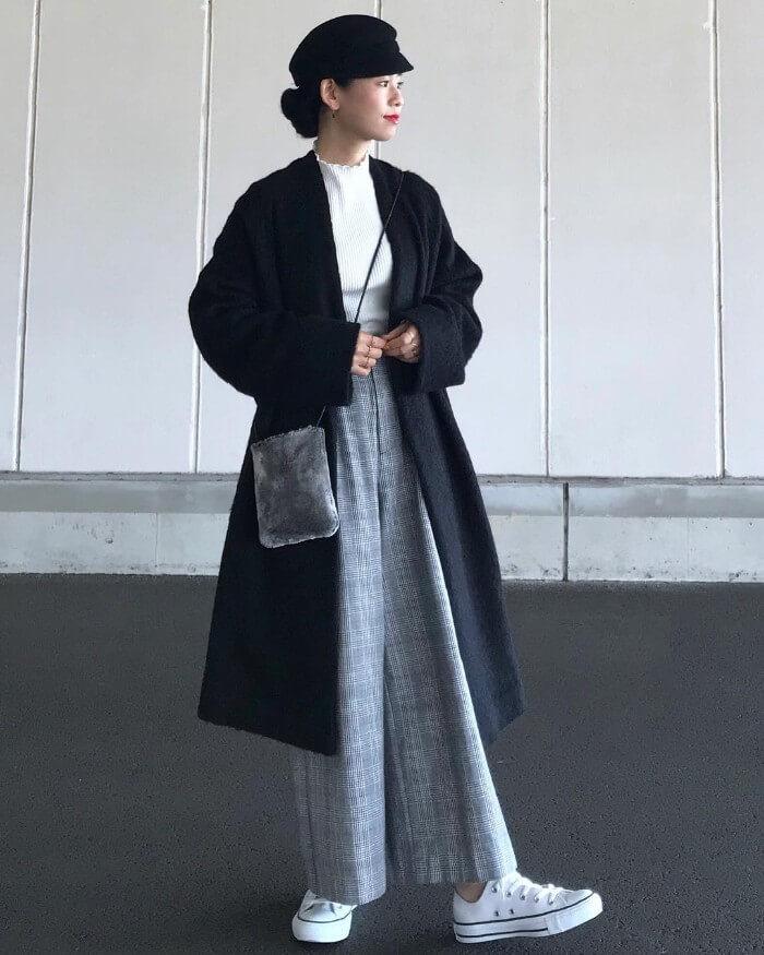 黒ノーカラーコート×グレーグレンチェックワイドパンツのコーデ画像