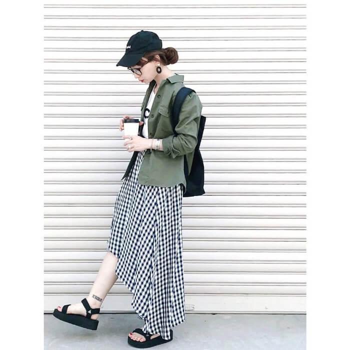 カーキシャツ×黒タイトスカートのコーデ画像