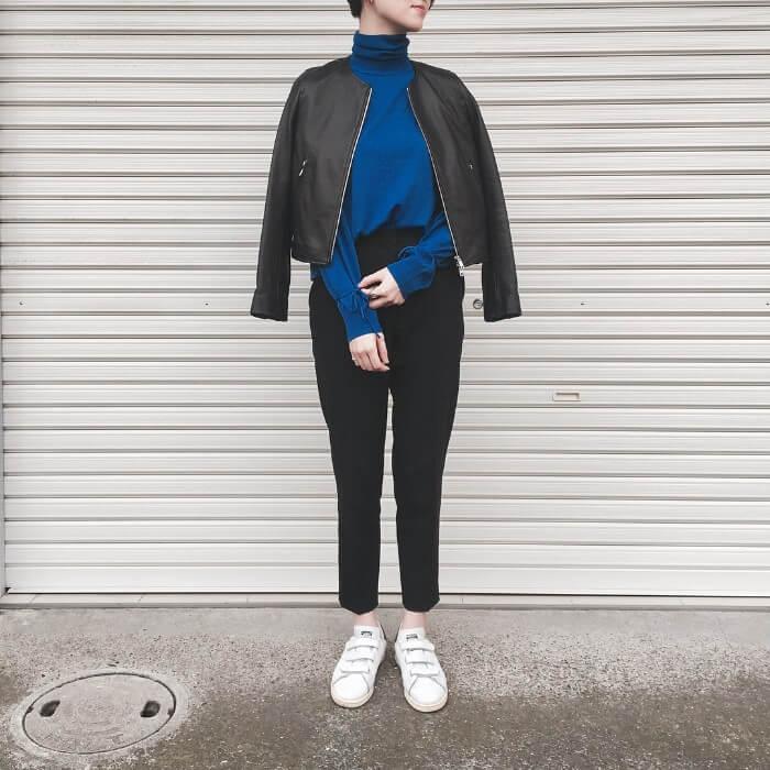 ブルーニット×黒テーパードパンツのコーデ画像