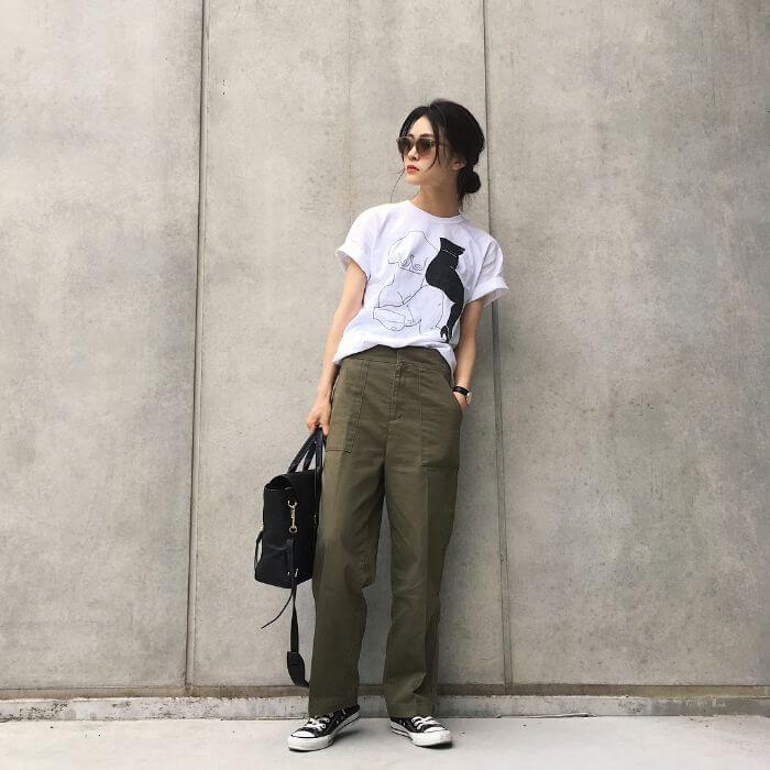 白Tシャツ×カーキワイドパンツのコーデ画像