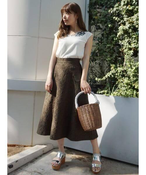 カーキレーススカートと白のフレンチスリーブトップスのコーデ画像