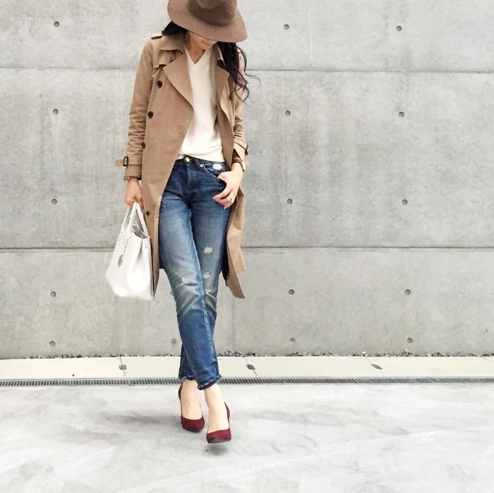 ブラウンハット×トレンチコート×ジーンズの帽子コーデ画像