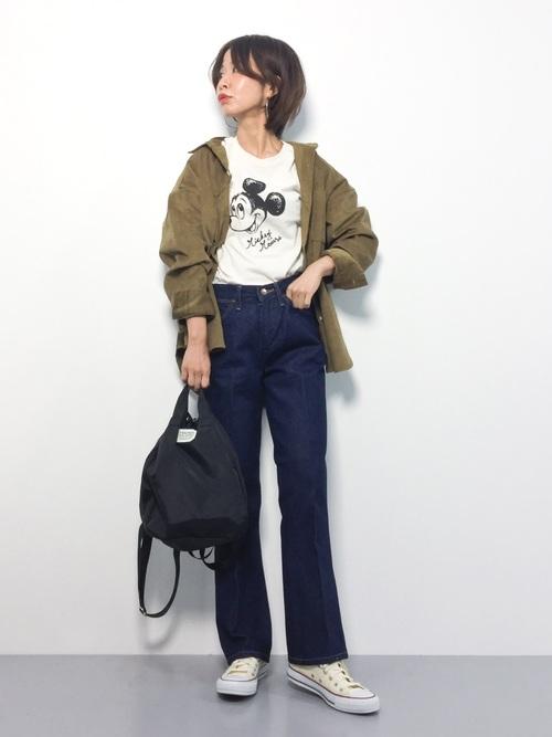 ブラウンコーデュロイシャツ×デニムのコーデ画像