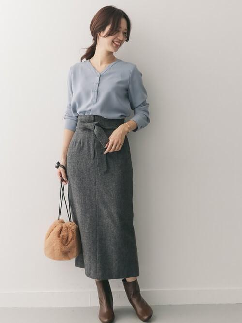くすみブルーVネックブラウス×グレータイトスカートのコーデ画像