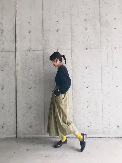 薄カーキフレアスカート×イエロー靴下のコーデ画像