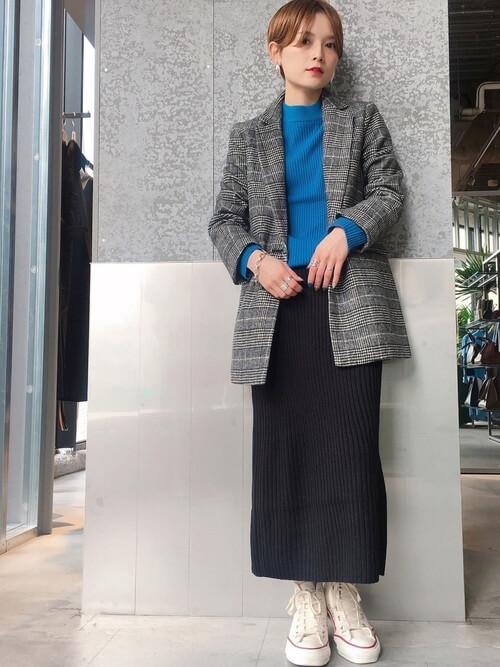 グレーテーラードジャケット×黒ニットタイトスカートのコーデ画像