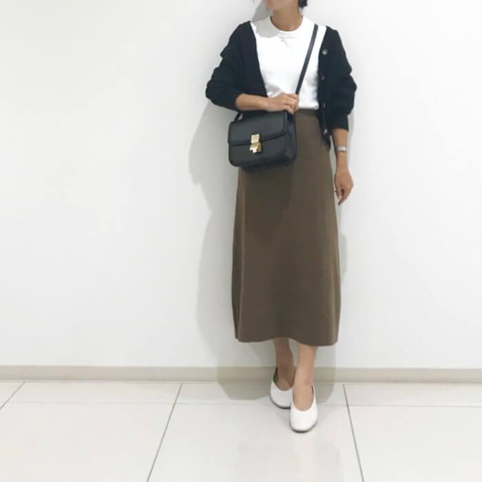 カーキのタイトスカート×黒カーディガン&白インナー