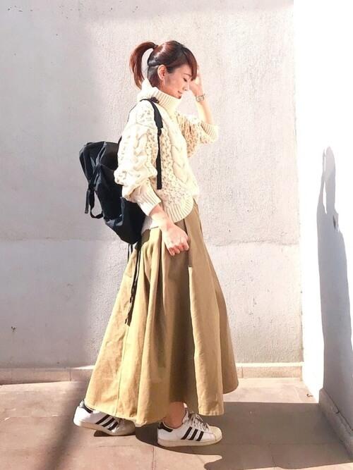 リュック×ベージュロングスカートのコーデ画像