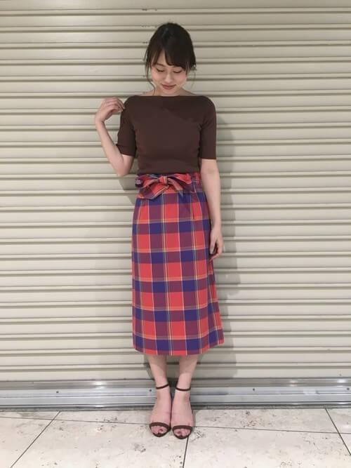 茶色リブトップス×赤チェックタイトスカートのコーデ画像