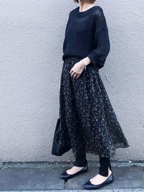 黒ニット×黒花柄スカート×スリットレギンスのコーデ画像