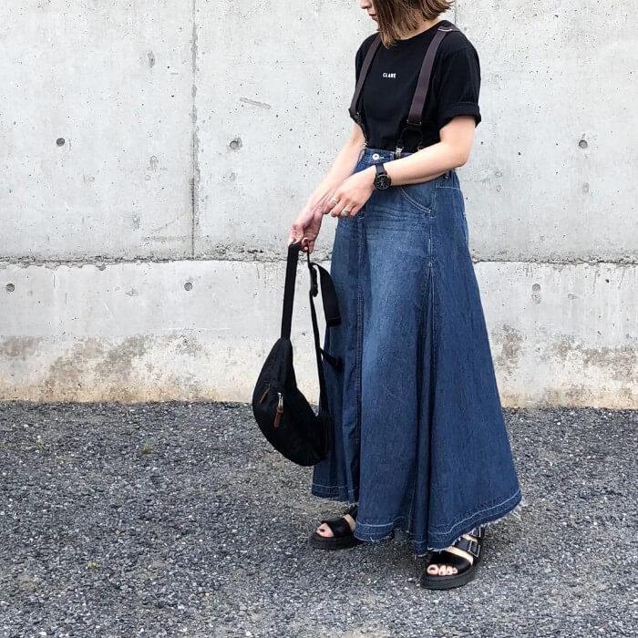 ロングデニムスカートで大人カジュアルなコーデ画像