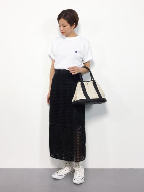 黒レースタイトスカート×白Tのコーデ画像