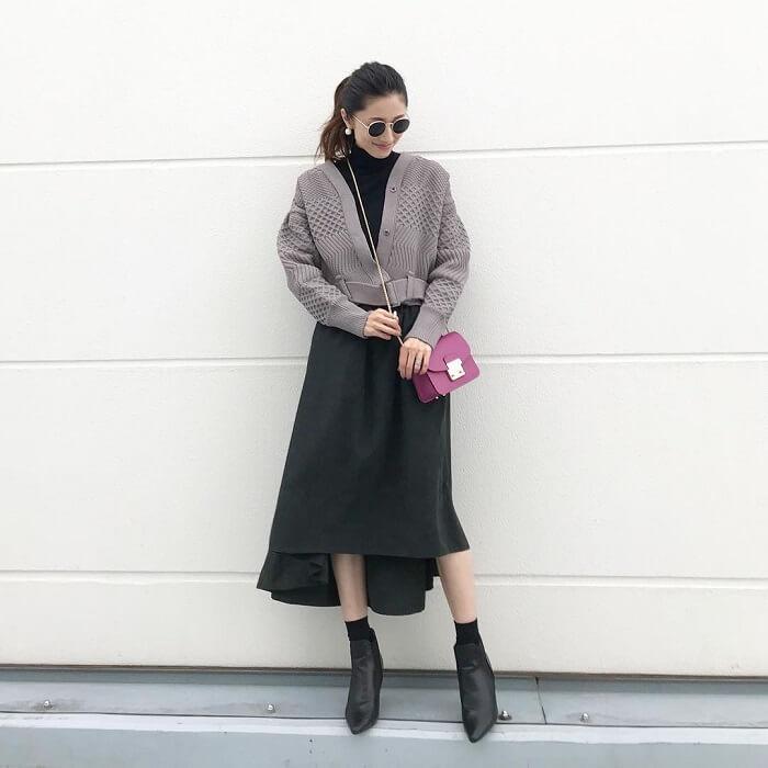 グレーニットカーディガン×黒スカートのコーデ画像