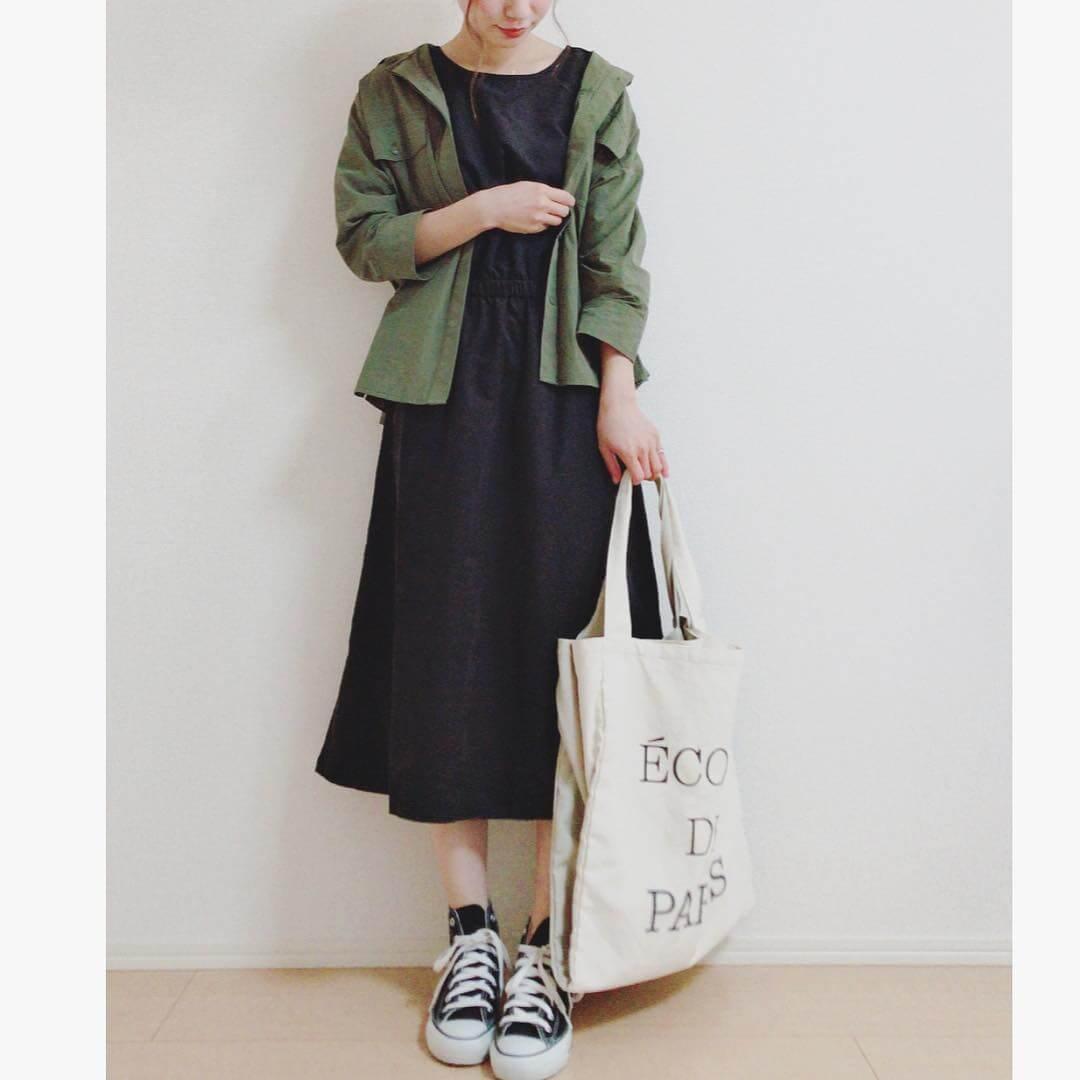 カーキミリタリーシャツ×黒ワンピのコーデ画像