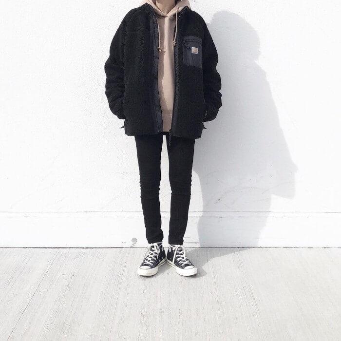 黒ショート丈ボアブルゾン×スキニーパンツのコーデ画像