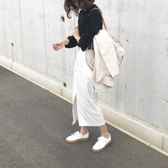 白のロングタイトスカート×黒トップスのコーデ画像
