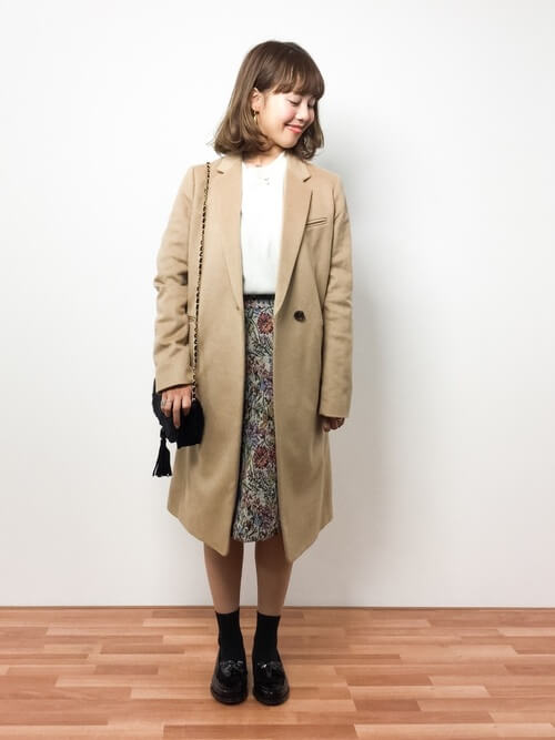 黒タッセルローファー×黒靴下×ゴブランスカートの靴下コーデ画像