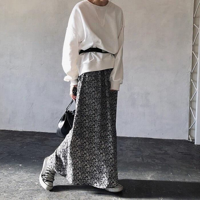 白スウェット×黒ロング柄スカートのコーデ画像