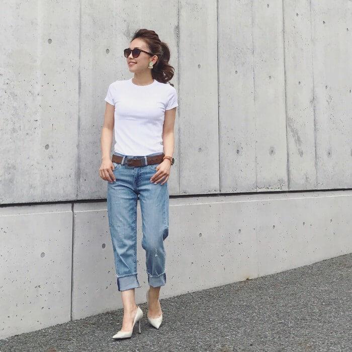 シンプル白Tシャツとロールアップデニムのコーデ画像