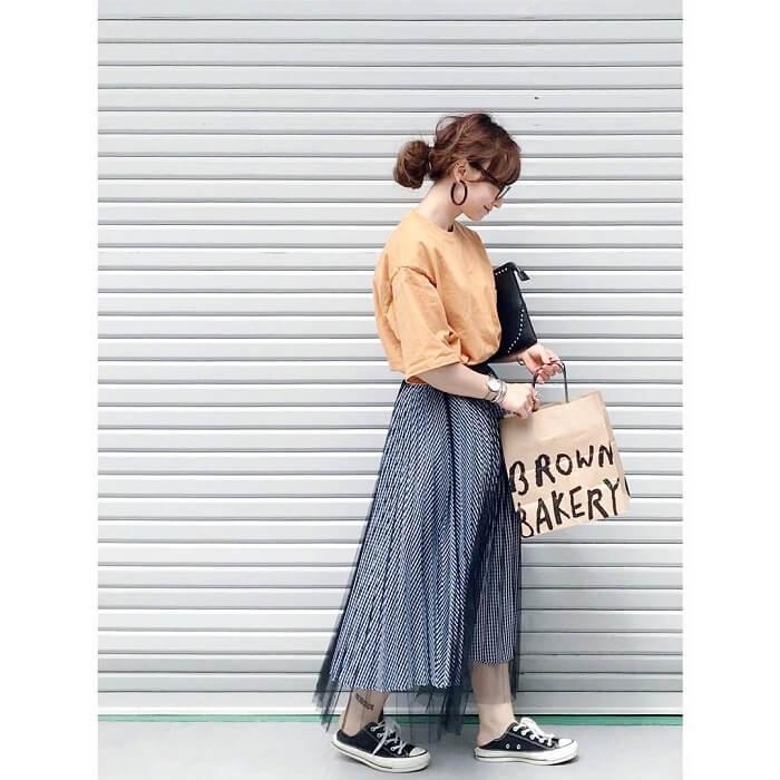 ペールオレンジTとグレーチュールスカートのコーデ画像