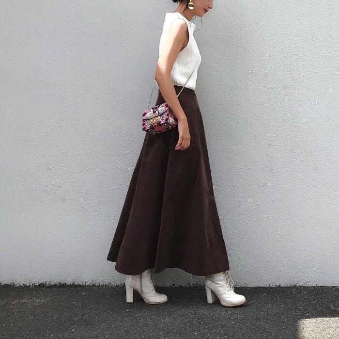カーキのロングスカートと白ブーツのコーデ画像