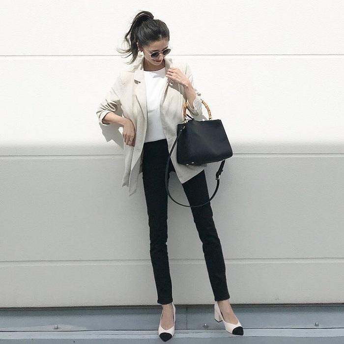 ホワイトテーラードジャケット×黒スキニーのコーデ画像