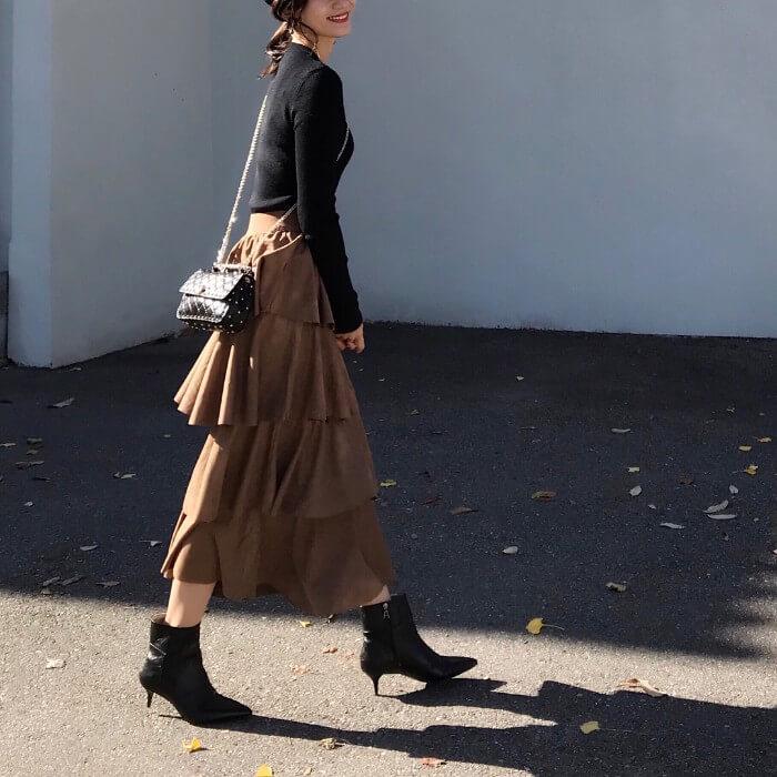 キャメルのロングスカートと黒トップスのコーデ画像