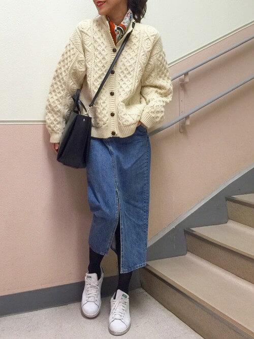 スリットデニムスカート×白スニーカーのコーデ画像