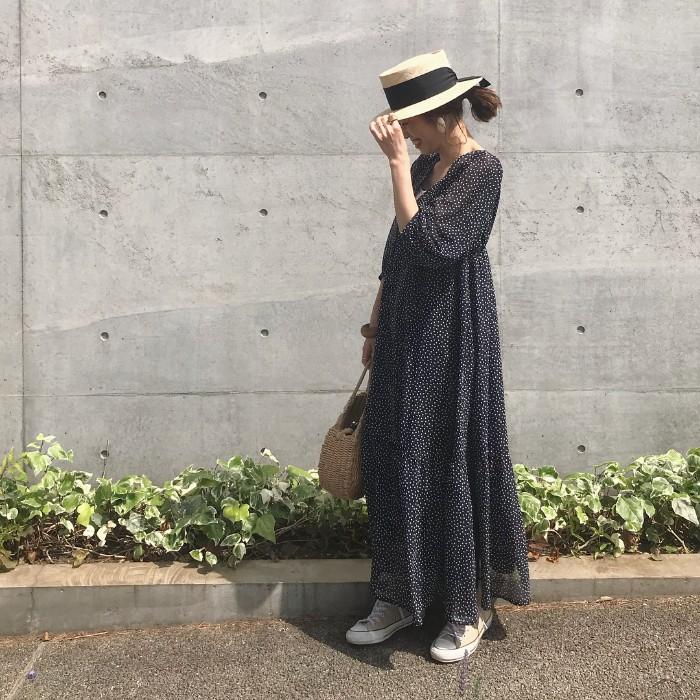 ラフィアハット×ドットワンピース×スニーカーの帽子コーデ画像