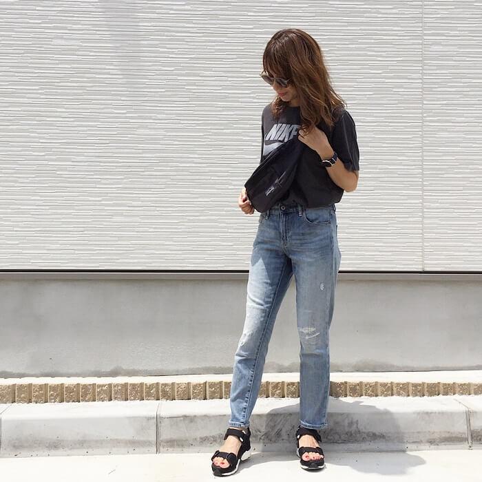グレープリントTシャツ×ウオッシュデニムのコーデ画像
