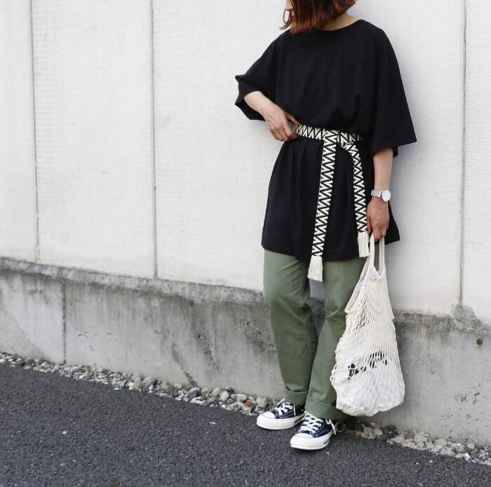 黒のTシャツワンピース×チノパン×太ベルトのコーデ 画像