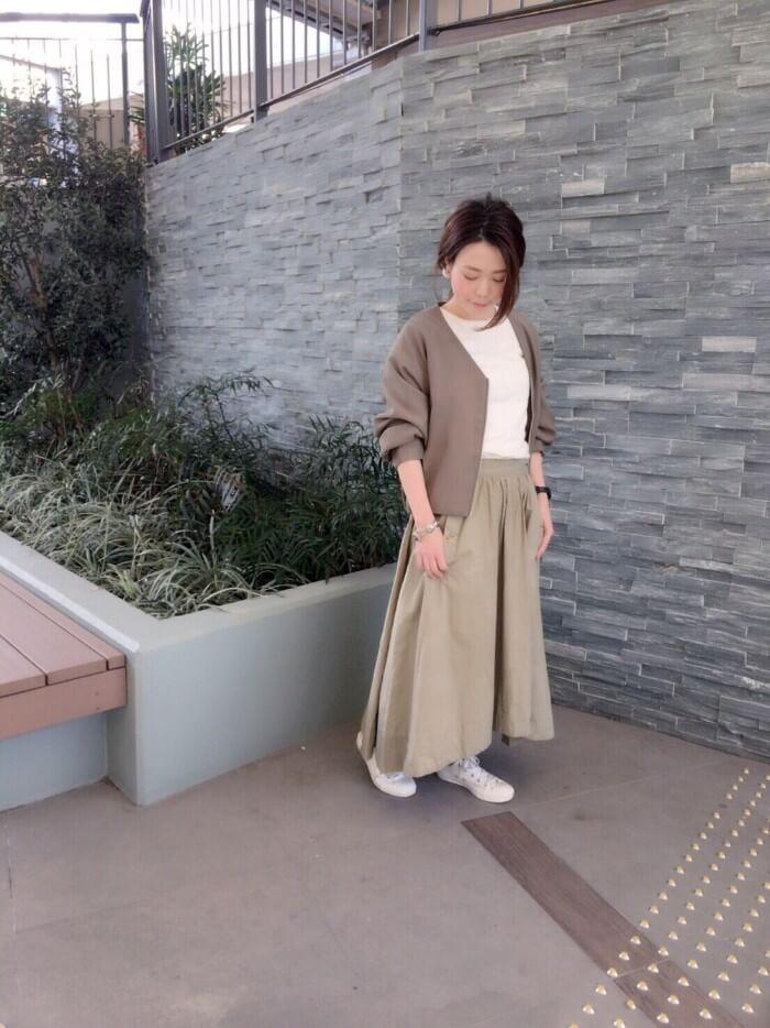ベージュコート×ベージュロングスカートのコーデ画像