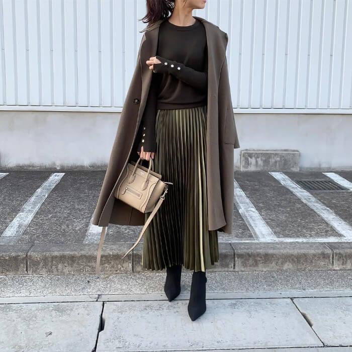 コート×カーキのプリーツロングスカートのコーデ画像