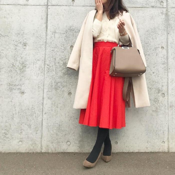 白ニット&コート×赤スカートのコーデ画像